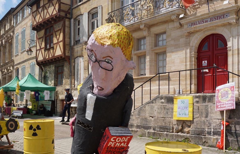 Au procès de Bure à Bar-le-Duc, les soutiens massés devant le tribunal avaient confectionné une marionnette à l'effigie du juge d'instruction  Kévin Le Fur.