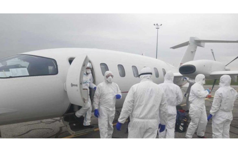 Médecins et infirmiers se préparant à recevoir des patients atteints du COVID-19.