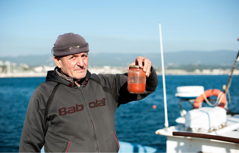 Gérard Carrodano, pêcheur et plongeur professionnel de la Ciotat, montre un échantillon prélevé dans la zone de rejet.