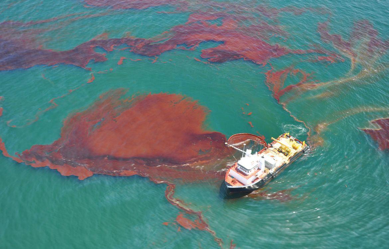 Écrémage d'hydrocarbures dans le golfe du Mexique lors de la marée noire de Deepwater Horizon, le 29 mai 2010.