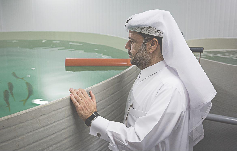 En amont de son inauguration en janvier 2020, Mohammed Mahmoud Al Abdullah visite fièrement les installations du Centre de recherche et de pêche dont il  est le directeur.